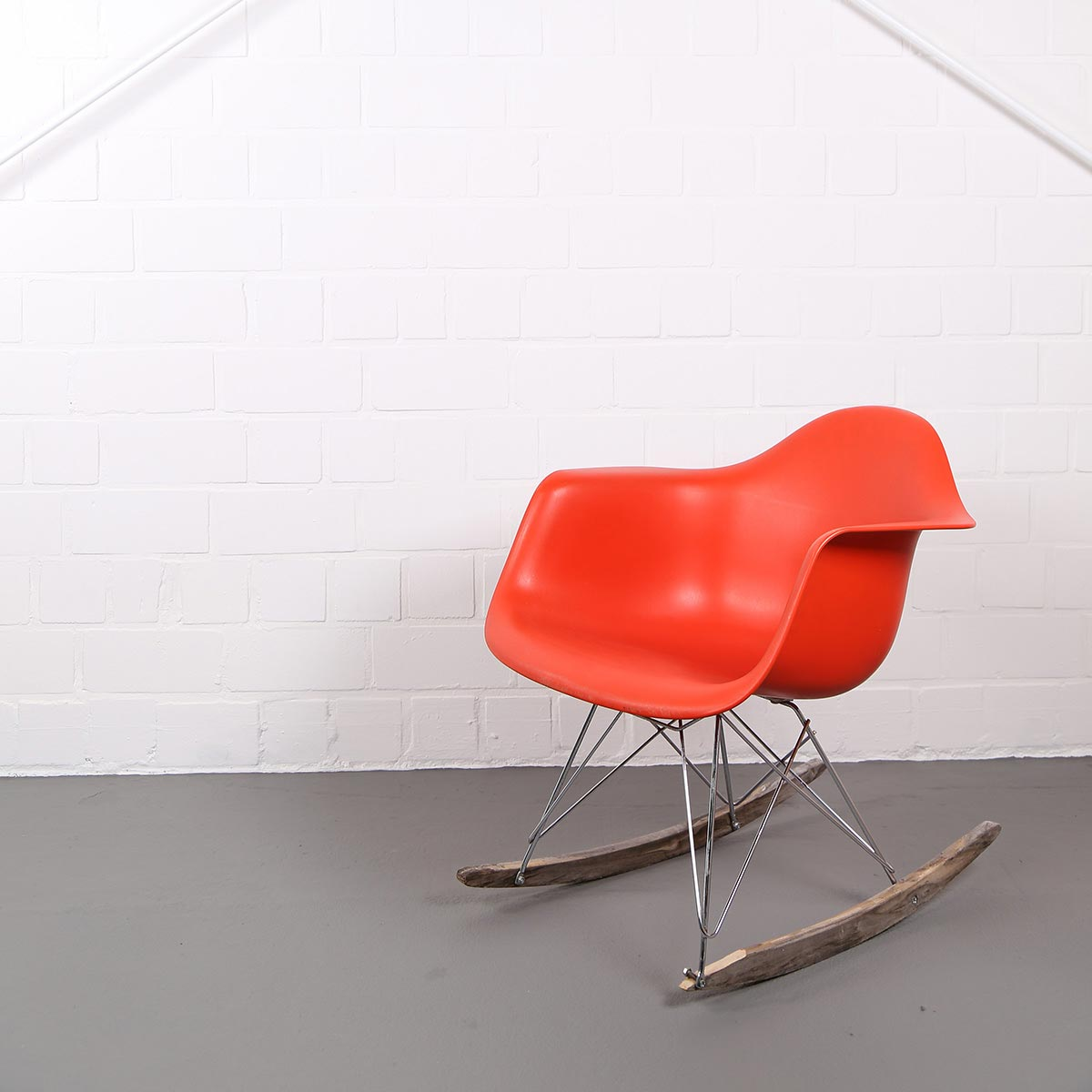 Vitra charles eames rocking chair rar orange dekaden for Eames chair vitra replica